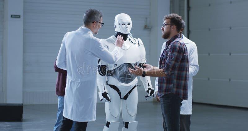 科学家测试有人的特点的机器人递运动 免版税库存图片