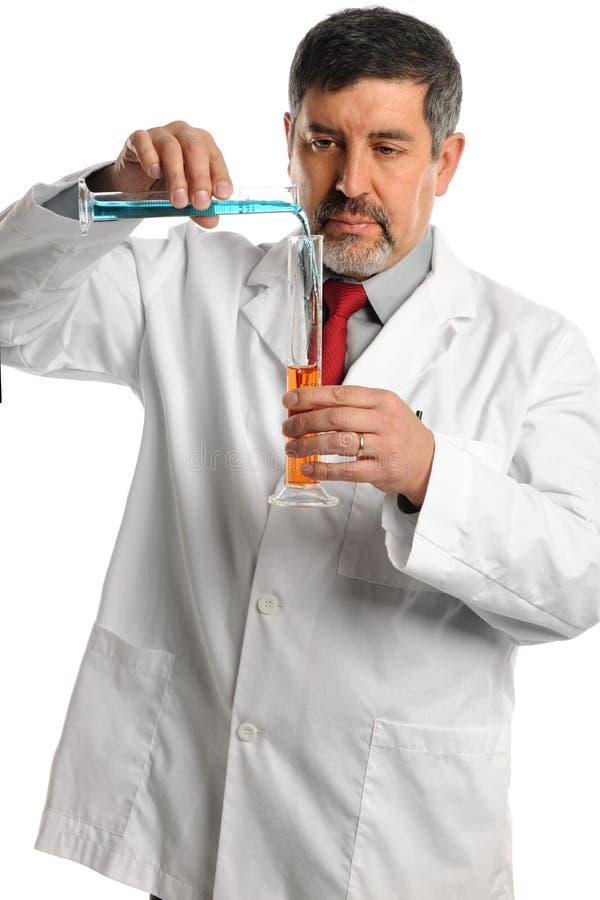 科学家混合的化学制品 免版税库存图片