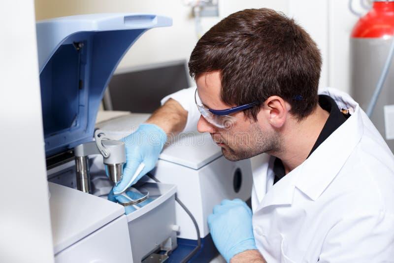 科学家研究在实验室环境里 库存图片