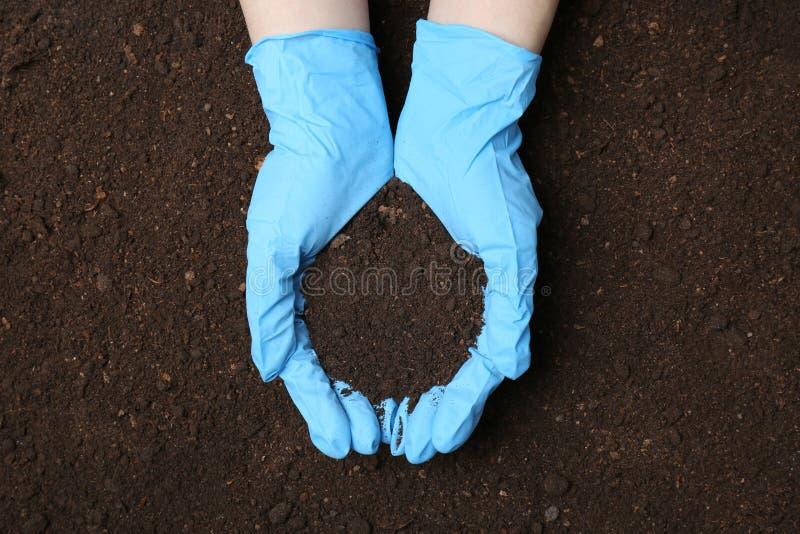 科学家藏品堆在地面上的土壤 免版税库存图片