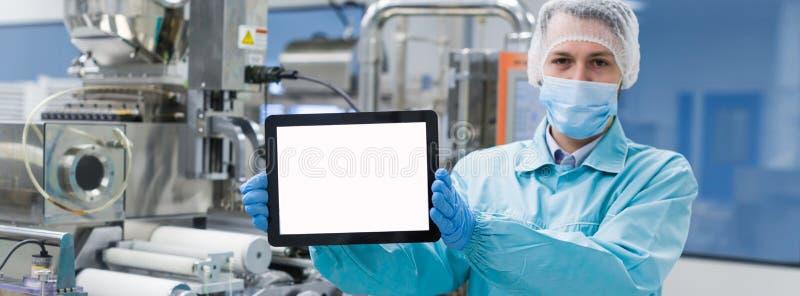 科学家配置立场以空的片剂 免版税库存照片