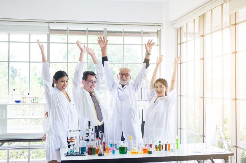 科学家队举您的手,人在实验室,成功和reserch工作的配合 免版税库存照片