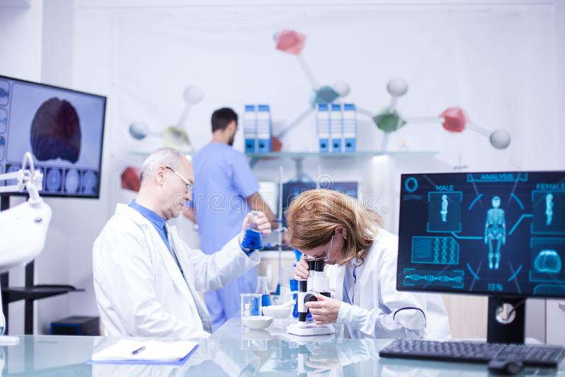 科学家队的在实验室 免版税库存照片