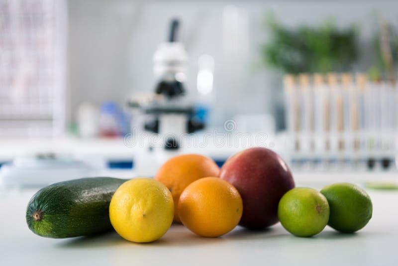 科学工具和果子在工作场所 免版税库存图片