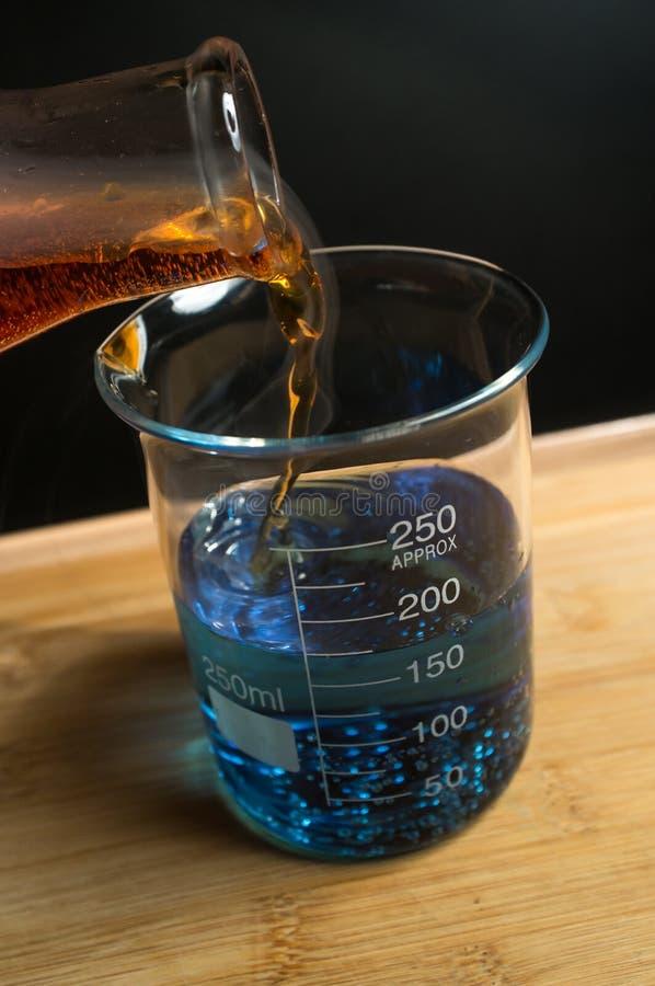 科学烧杯实验 免版税库存图片