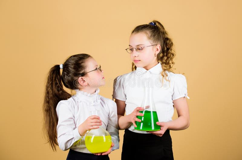 科学研究对实验室 孩子学习在生物教训 r 知识和教育 小聪明的女孩 免版税库存图片