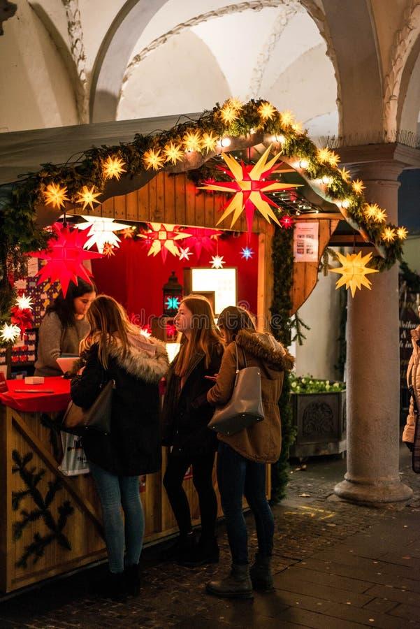 科布伦茨德国16 12 2017年圣诞节卖五颜六色的纸星和灯的市场立场发光光和灯笼 图库摄影