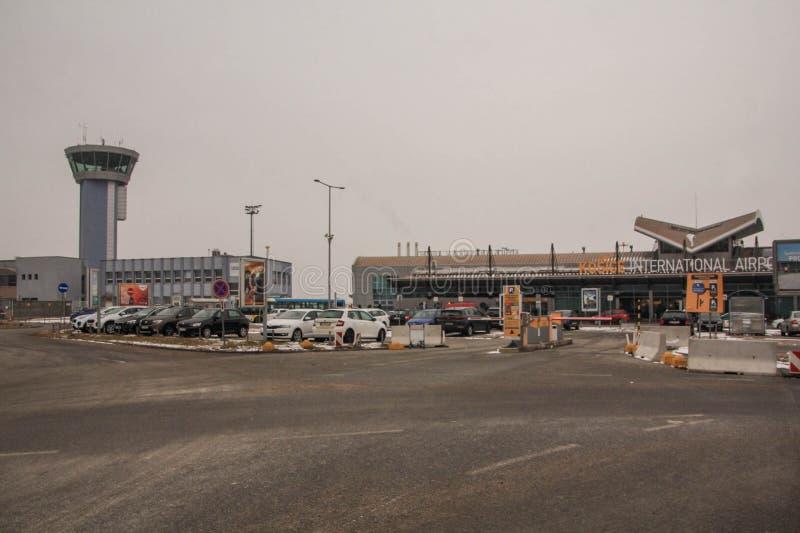 科希策国际机场、主楼在左边和航空交通管制塔在左边 免版税库存图片