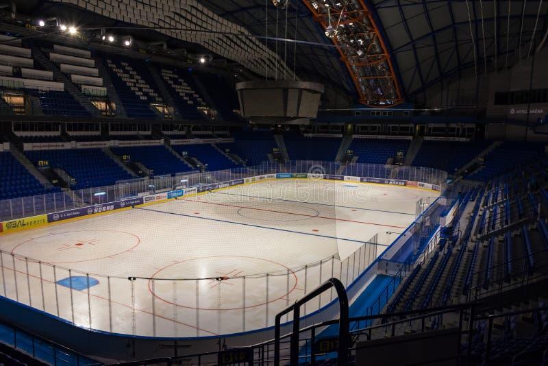 """科希策,斯洛伐克–2019年4月29日:钢竞技场â€室内看法""""IIHF国际冰球世界的冰球体育场 免版税库存照片"""