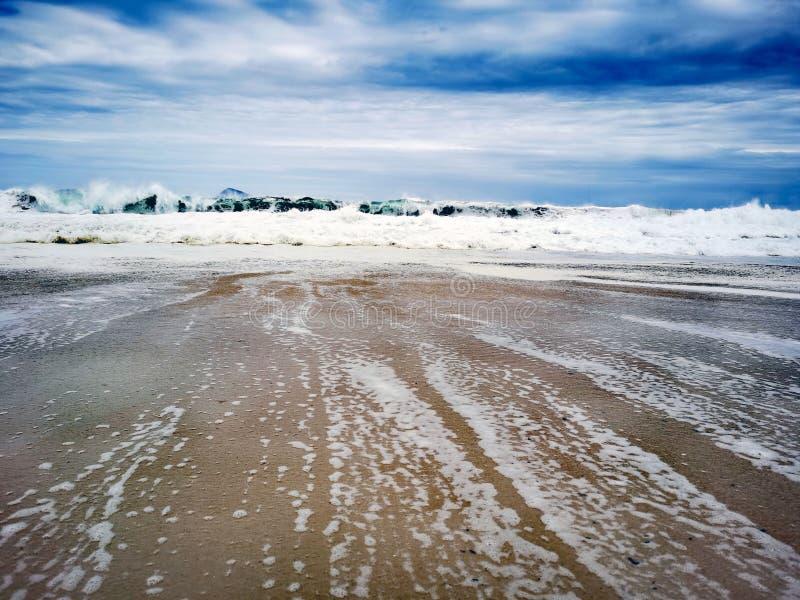 科帕卡巴纳海滩的大西洋海浪 免版税库存照片