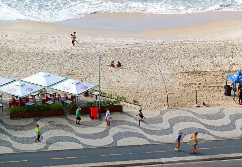 科帕卡瓦纳海滩早晨场面在里约热内卢,巴西 免版税库存照片