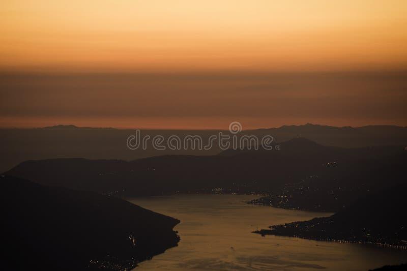 科托尔海湾全景在晚上 库存图片