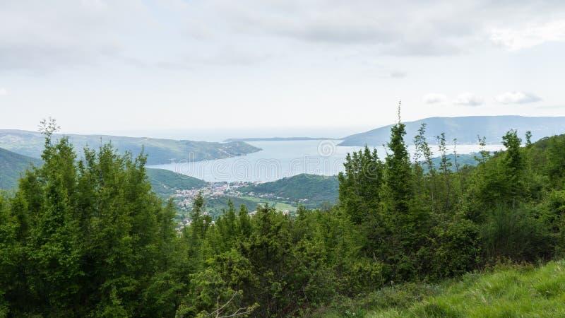 科托尔湾的壮观的看法在黑山 从山的顶端看法 E r 免版税库存照片