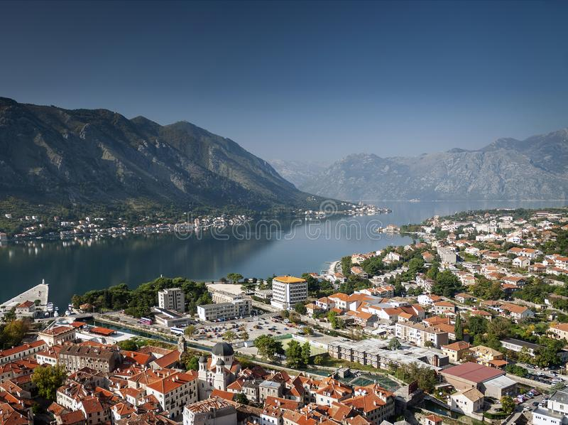 科托尔老镇和海湾在黑山使看法环境美化 免版税库存图片