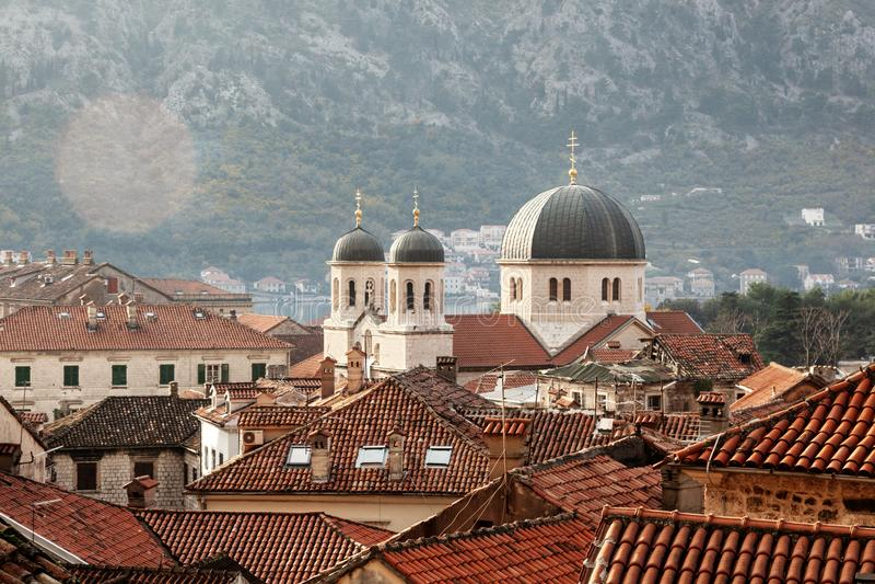 科托尔顶视图  老镇科托尔,黑山的屋顶上面是旅行的普遍的destanation在欧洲 免版税库存图片