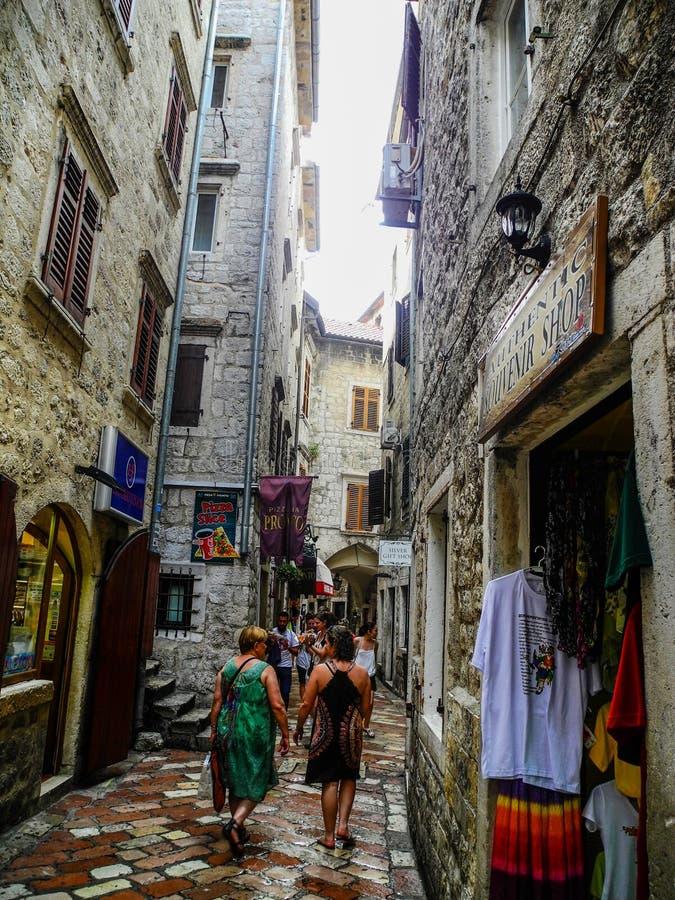 科托尔,黑山2014年9月-3 狭窄的街道在科托尔老镇 库存图片