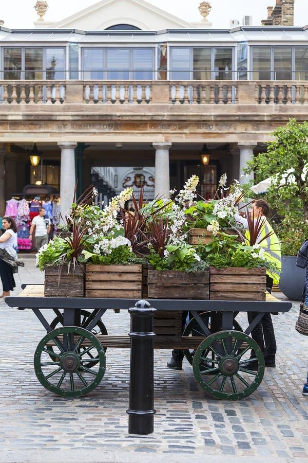 科文特花园市场、普遍的购物和旅游胜地,在街道上的花装饰,伦敦,英国 免版税库存图片