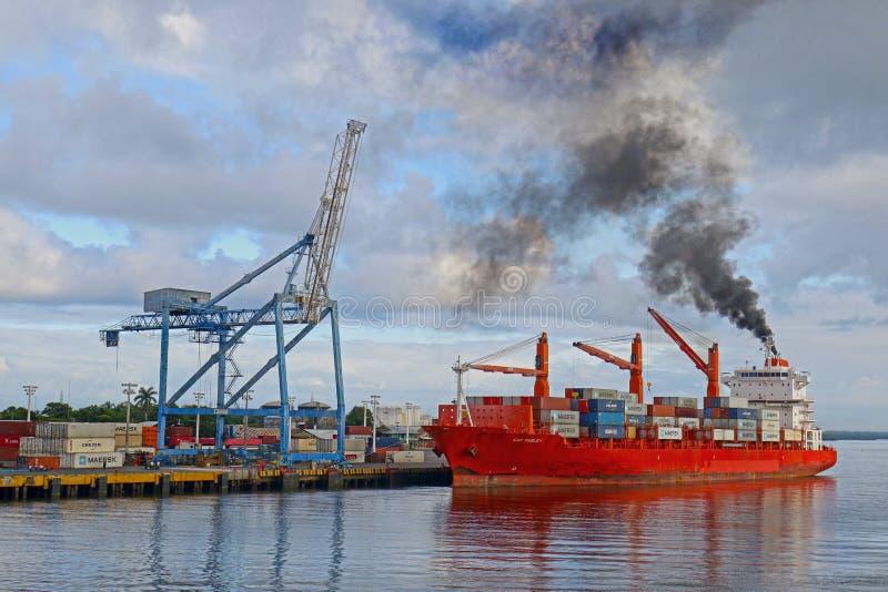 科林图,尼加拉瓜2018年10月10日 呕吐黑烟污染的货轮在码头 库兰特舞是一个铁路终点 免版税库存图片