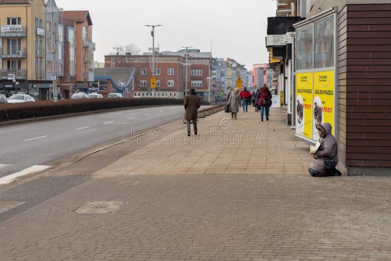 科沙林,zachodniopomorskie/波兰- 2019年2月,01日:科沙林,ulica ZwyciÄ™stwa  走沿路面的人们 库存照片