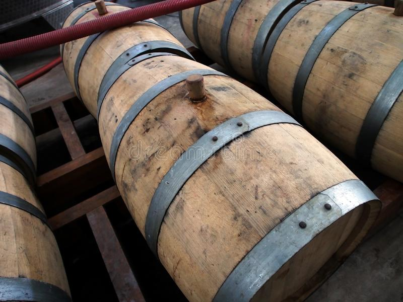 科涅克白兰地的被堆积的橡木桶 免版税库存图片