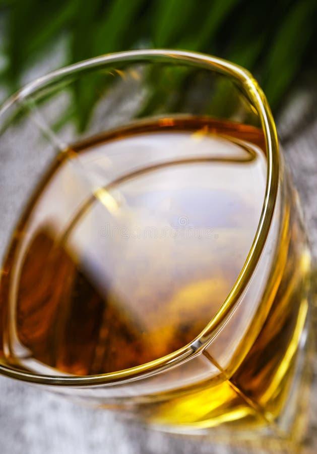 科涅克白兰地,鸡尾酒,酒精,玻璃,茶点,俱乐部,一,柑橘,水果,酒吧,冰块,在岩石 免版税库存图片