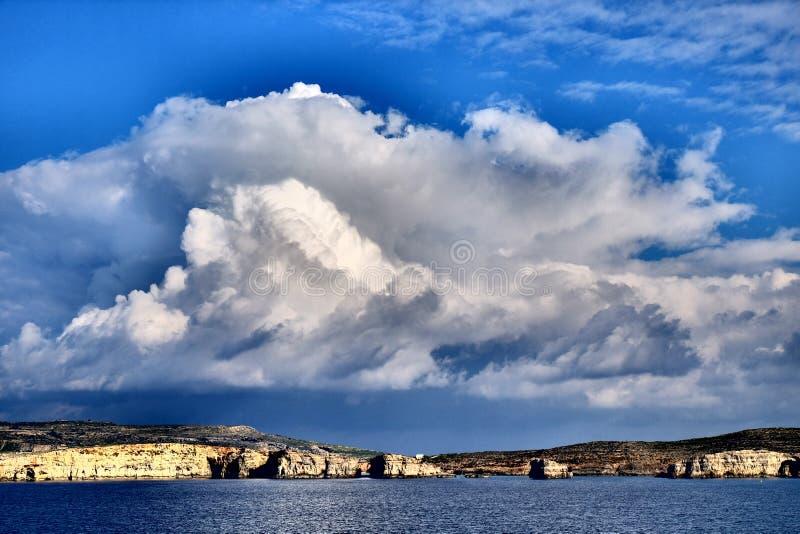科米诺岛海岛全景,有可看见圣玛丽的塔的-马耳他 Arti 免版税库存照片