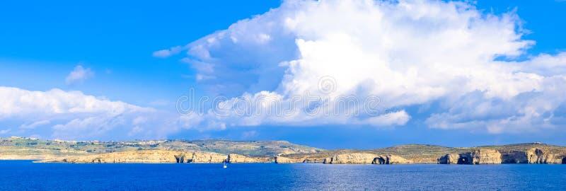 科米诺岛海岛全景,有可看见圣玛丽的塔的-马耳他 Arti 库存照片