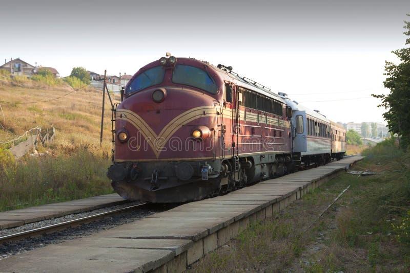 科索沃-普里什蒂纳-对Scopje的国际passanger火车离开普里什蒂纳 免版税库存照片