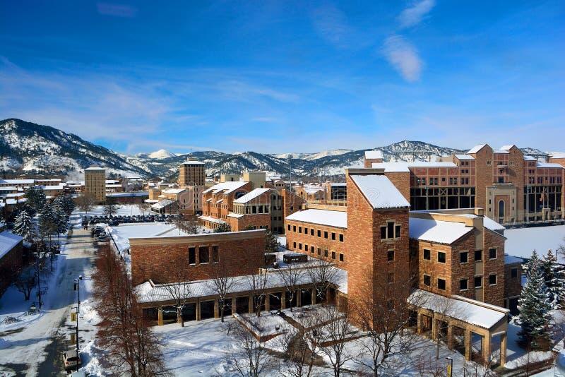 科罗拉多大学巨石城校园在一个斯诺伊冬日 库存图片