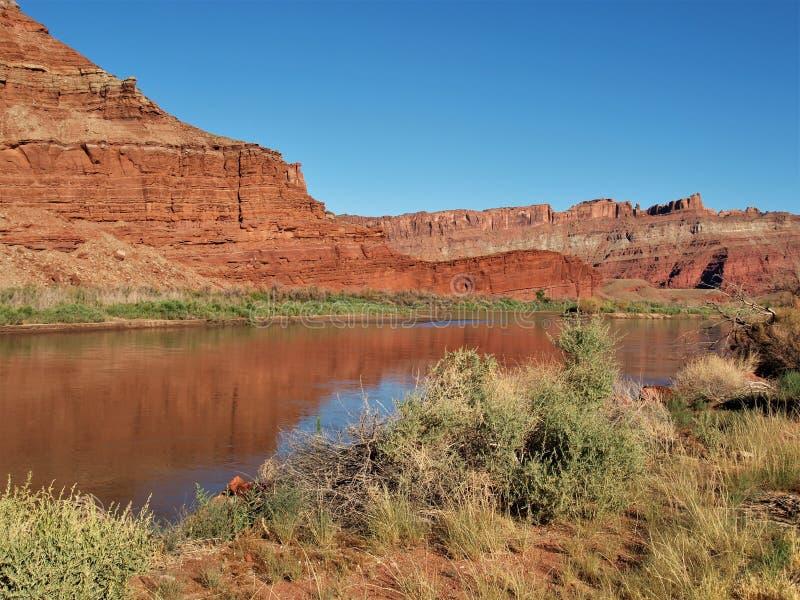 科罗拉多河红色岩石反射 免版税库存图片