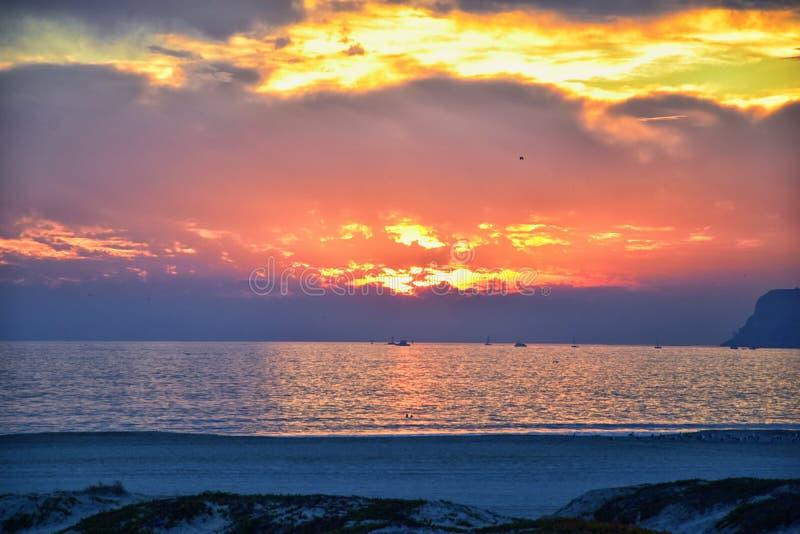 科罗纳多海滩在圣迭戈Historic Hotel在日落的del科罗纳多,与独特的海滩沙丘,Pacif的全景视图 免版税库存照片