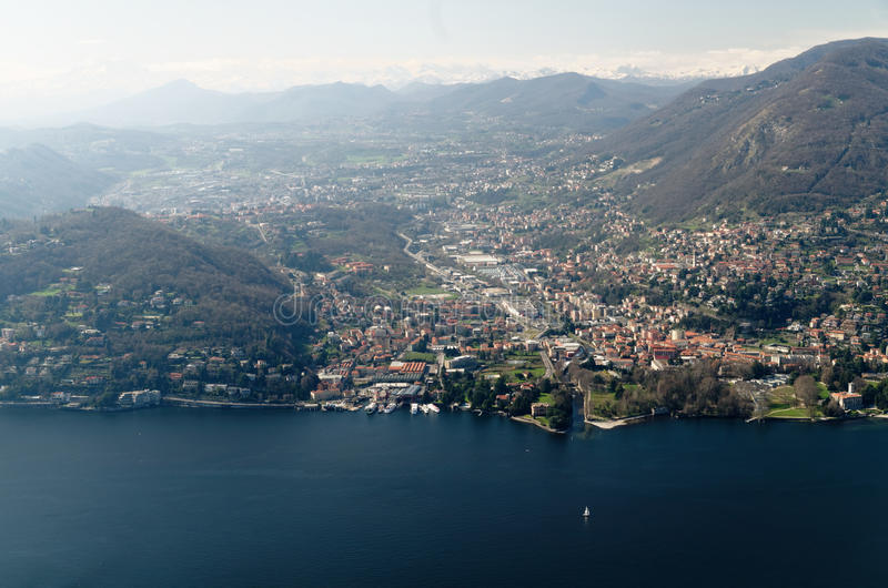 科莫湖和莱科市,意大利全景鸟瞰图  免版税库存照片