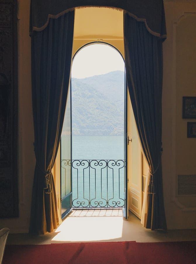 科莫湖看法从窗口的在Villa del Balbianello 免版税库存照片