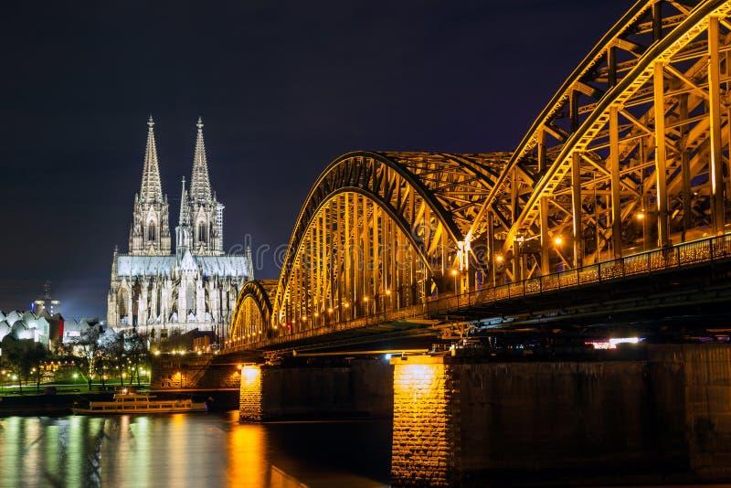 科隆主教座堂和铁路桥在莱茵河,德国 库存照片