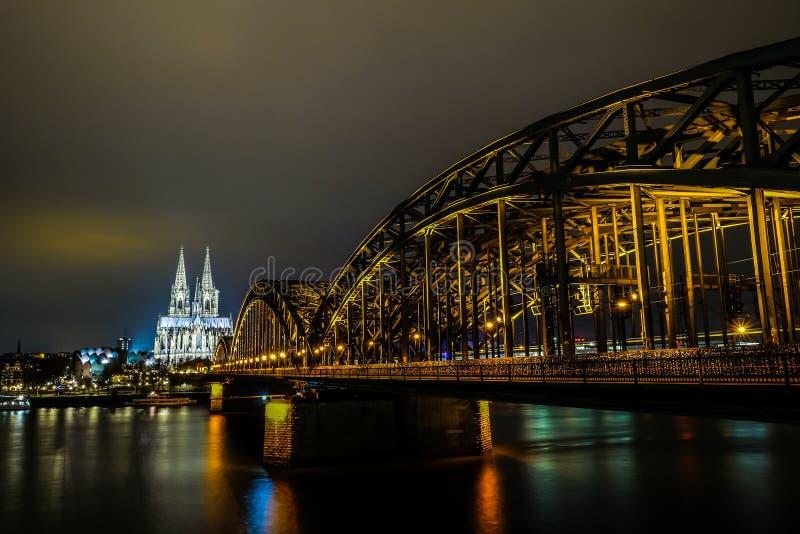 科隆主教座堂和霍亨索伦桥梁 免版税库存照片