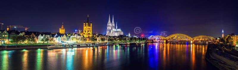 科隆大教堂和桥梁夜场面全景 免版税库存照片