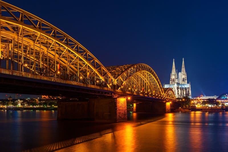 科隆大教堂和Hohenzollern新娘在科隆/Koln,德国 库存照片