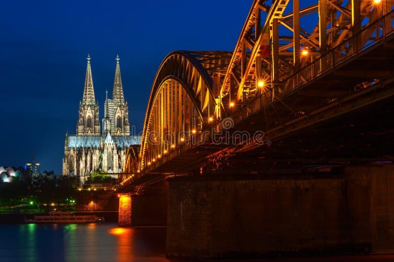 科隆大教堂和Hohenzollern新娘在科隆/Koln,德国 免版税库存图片