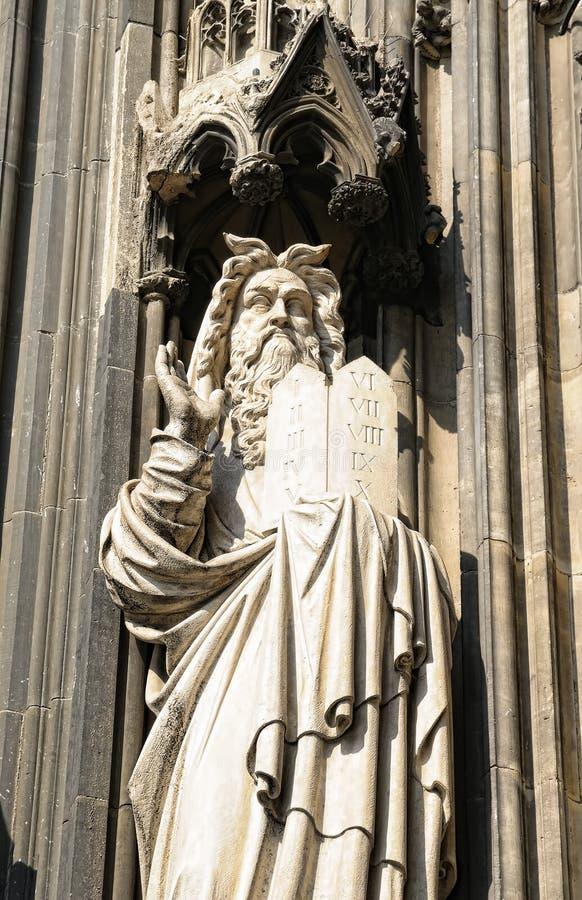 从科隆大教堂门面的哥特式雕象  免版税库存图片