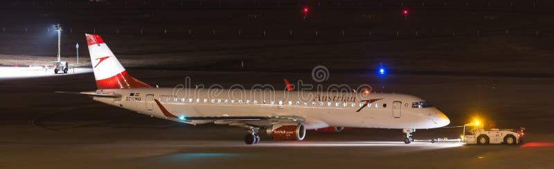 科隆,北莱茵-威斯特法伦/德国- 26 11 18:在机场科隆香水波恩德国的奥地利空气aiplane在晚上 库存图片