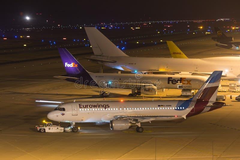 科隆,北莱茵-威斯特法伦/德国- 26 11 18:在机场科隆香水波恩德国的eurowings aiplane在晚上 库存图片