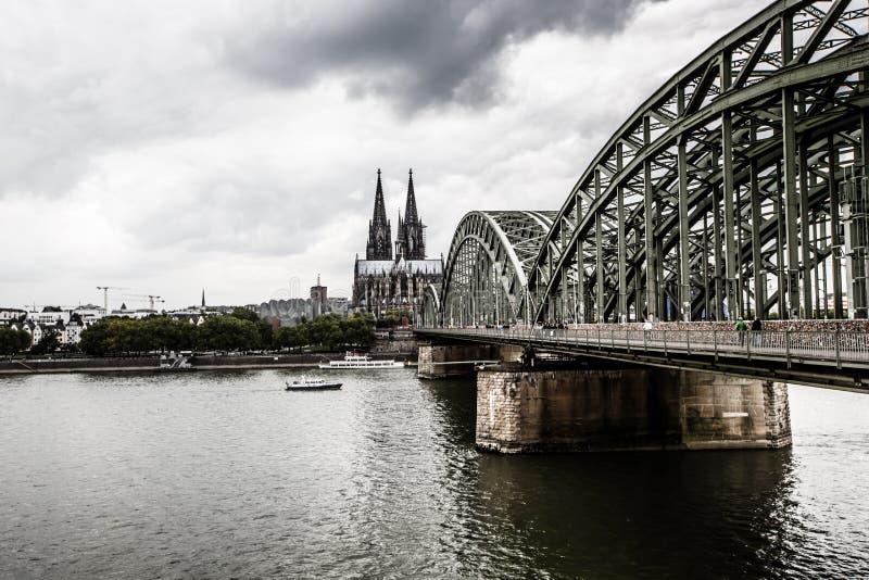 科隆,德国- 8月26 :Hohenzollern桥梁、科隆大教堂和河2014年8月26日的莱茵河在科隆,德语 库存图片