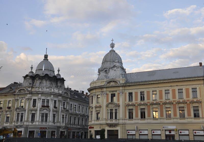 科鲁Napoca RO, 9月24日:在从特兰西瓦尼亚地区的科鲁Napoca反映街道视图在罗马尼亚 图库摄影