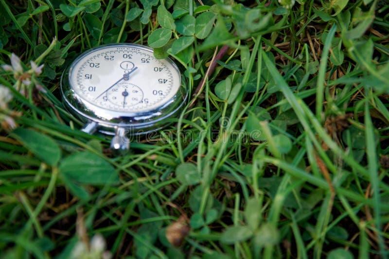 秒表在绿草,嬉戏概念说谎 免版税库存图片