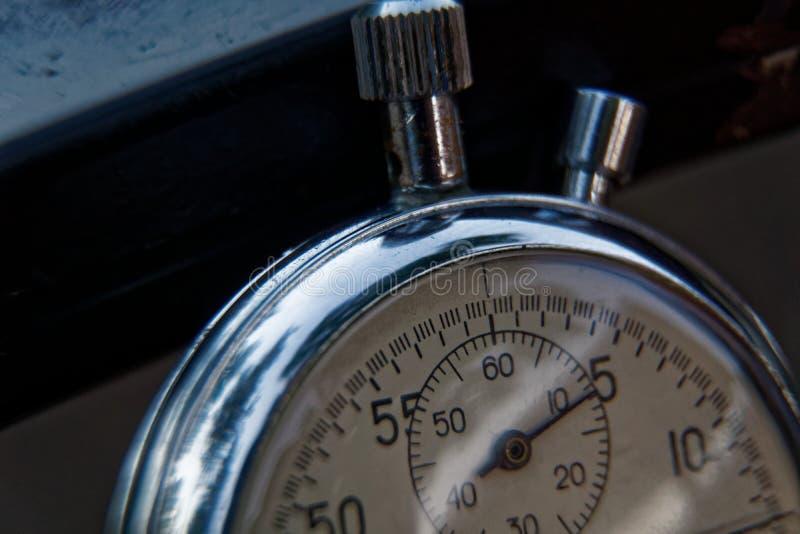 秒表在长凳特写镜头,时间转移概念说谎 库存照片