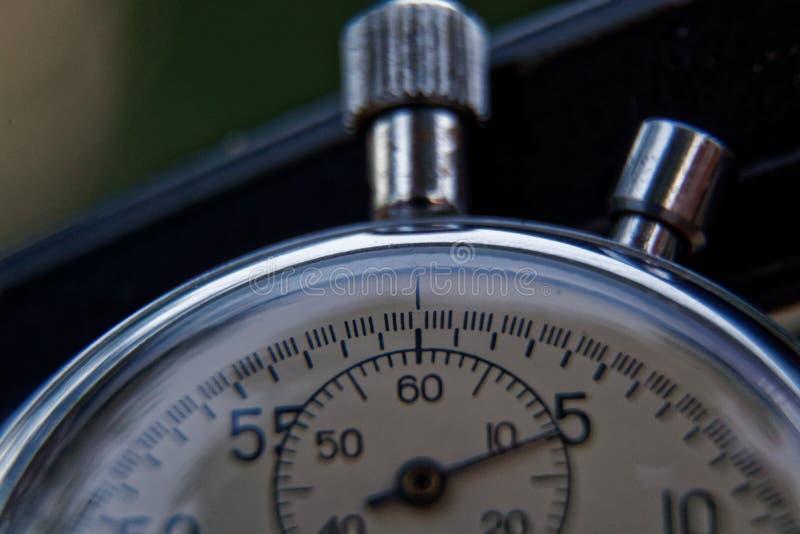 秒表在长凳特写镜头,时间转移概念说谎 库存图片