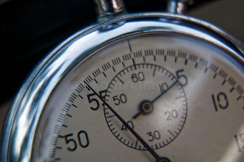 秒表在长凳特写镜头,时间转移概念说谎 免版税库存图片
