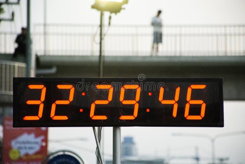 秒表或数字式定时器运行在慈善事件和马拉松长跑奔跑的定时器赛跑者的 图库摄影