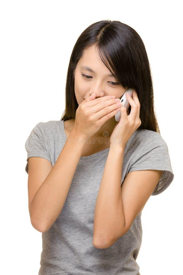 秘密地打电话的亚洲妇女谈话 免版税库存图片