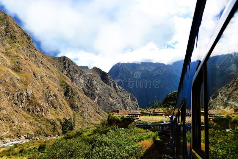 秘鲁人火车和古老大厦 库存照片